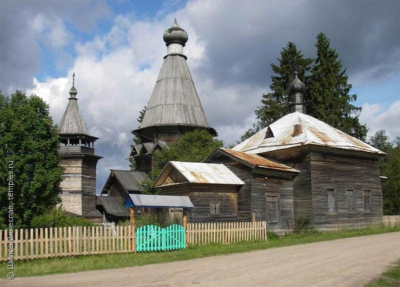 Ильинская и Никольская (на заднем плане) церкви в Согинцах Подпорожского района Ленинградской области. Фотография.