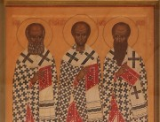 Храмовая икона на западном фасаде церкви Трех Святителей Великих на Васильевском острове в Санкт-Петербурге.