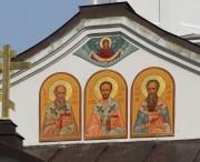 Образы Трёх Святителей Великих над входом в Трёхсвятскую церковь в урочище Покров-на-Нерли в Суздальском районе Владимирской области.
