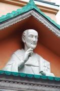 Горельеф над крыльцом церкви Иоанна Златоуста в Астрахани.
