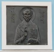 Чеканный образ святителя Иоанна Златоуста на фасаде Покровской церкви в селе Недельное Малоярославецкого района Калужской области.