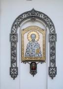Икона на северном фасаде церкви иконы Божией Матери Казанская на Красненьком кладбище в Санкт-Петербурге.
